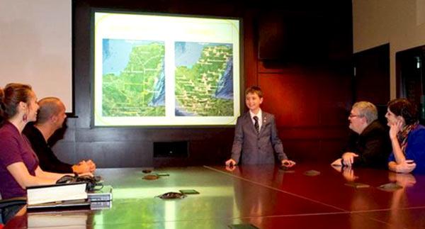 Уильям Гадури, 15 лет, объясняет учёным Канадского космического агентства свою теорию о расположении городов майя