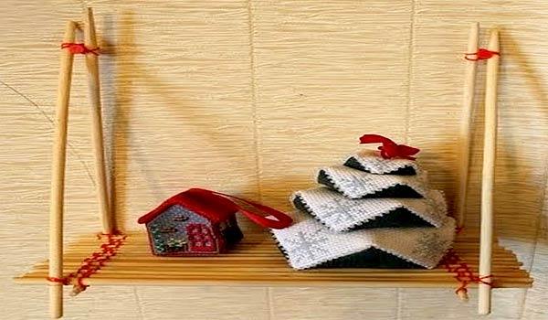 Обычная полочка или кормушка для птиц из деревянных палочек